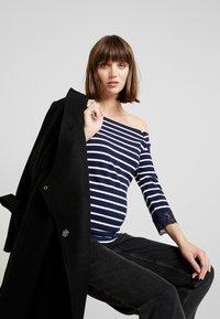 Anna Field MAMA - T-shirt à manches longues - off-white/dark blue - 3