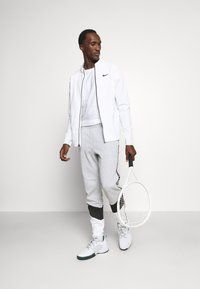 Lacoste Sport - PANT TAPERED - Tracksuit bottoms - gris chine/noir/blanc - 1