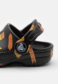 Crocs - CLASSIC FOOD - Sandały kąpielowe - black - 5