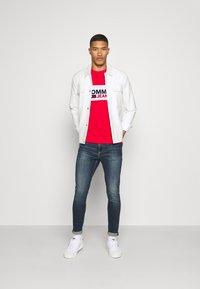 Tommy Jeans - PIECED BAND LOGO TEE - T-shirt z nadrukiem - deep crimson - 1