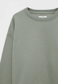 PULL&BEAR - MIT RUNDAUSSCHNITT - Collegepaita - mottled dark green - 5