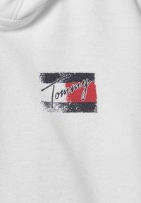 Tommy Hilfiger - FLAG PRINT ZIP HOODIE - Zip-up sweatshirt - white - 2