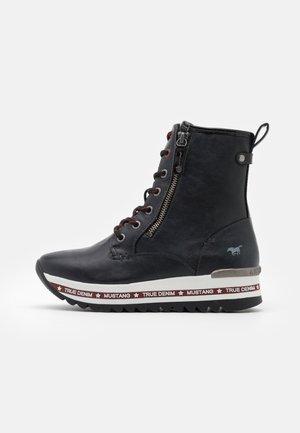 Platform ankle boots - schwarz/rot