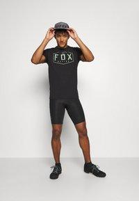 Fox Racing - CREST TECH TEE - Print T-shirt - black/green - 1
