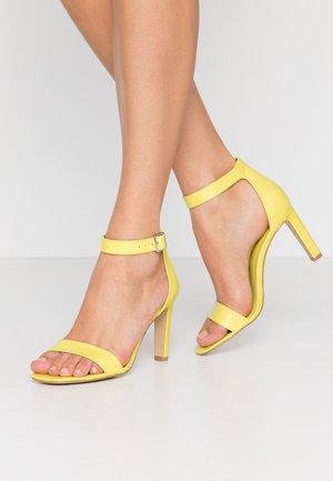 Sandały na obcasie - lime