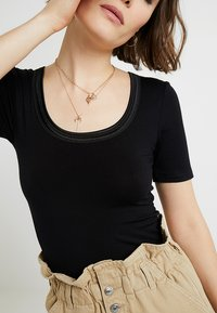ICHI - ZOLA - Basic T-shirt - black - 4