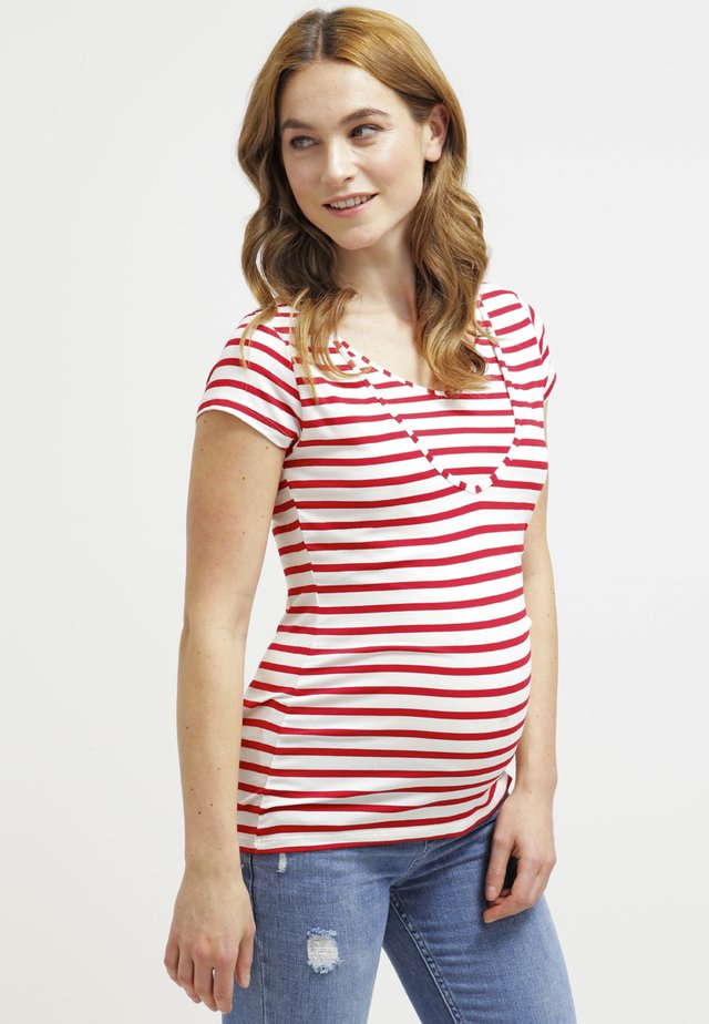 LISE - T-shirt con stampa - rot/weiß