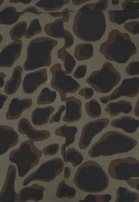 Noisy May Tall - NMSOFIE PASA FLARED PANTS  - Trousers - dusty olive/leo - 2