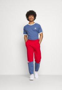 adidas Originals - SLICE - Träningsbyxor - scarlet/crew blue - 1