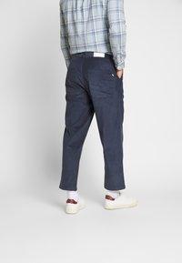 Farah - HAWTIN - Spodnie materiałowe - yale - 2