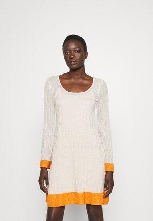 DRESS - Pletené šaty - milk/pumpkin