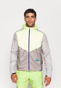 Nike Performance - TRAIL WINDRUNNER  - Veste de running - lemon twist/moon fossil/college grey/bright spruce - 0