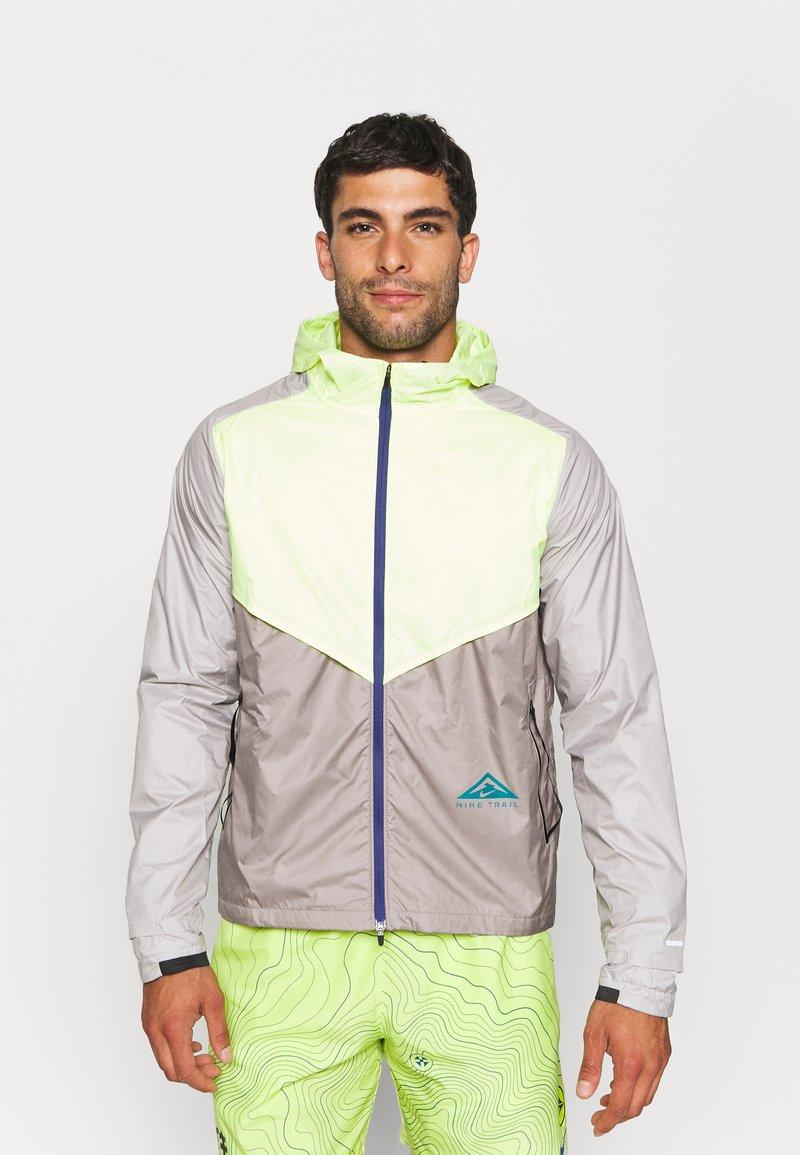 Nike Performance - TRAIL WINDRUNNER  - Veste de running - lemon twist/moon fossil/college grey/bright spruce