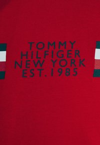 Tommy Hilfiger - CORP SPLIT TEE - Printtipaita - primary red - 6