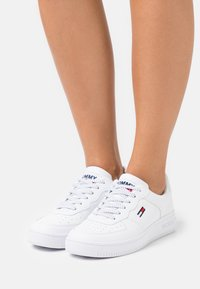 Tommy Jeans - REFLECTIVE BASKET - Trainers - white - 0