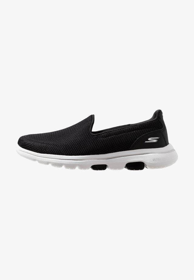 GO WALK 5 - Walking trainers - black/white