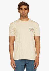 Quiksilver - DREAM SESSIONS  - Print T-shirt - antique white - 2