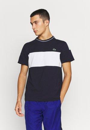TOUR - T-shirt imprimé - bleu marine/blanc/vert /blanc