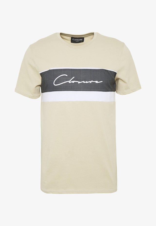 PANELLED TEE - T-shirt imprimé - stone