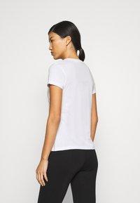 Calvin Klein Jeans - DISTORTED IRIDESCENT TEE - T-Shirt print - bright white - 2