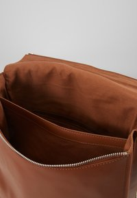 KIOMI - LEATHER - Batoh - cognac - 4