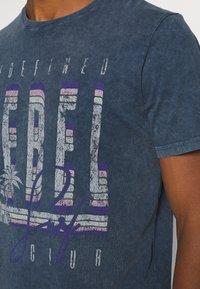 Redefined Rebel - RACE TEE - T-shirt print - navy - 3
