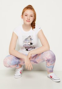 Converse - LET IT GLOW SNEAKER STACK TEE - T-shirt con stampa - white - 3