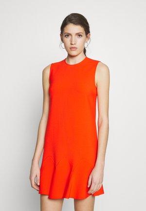FLOUNCE HEM SHIFT DRESS - Denní šaty - flame red