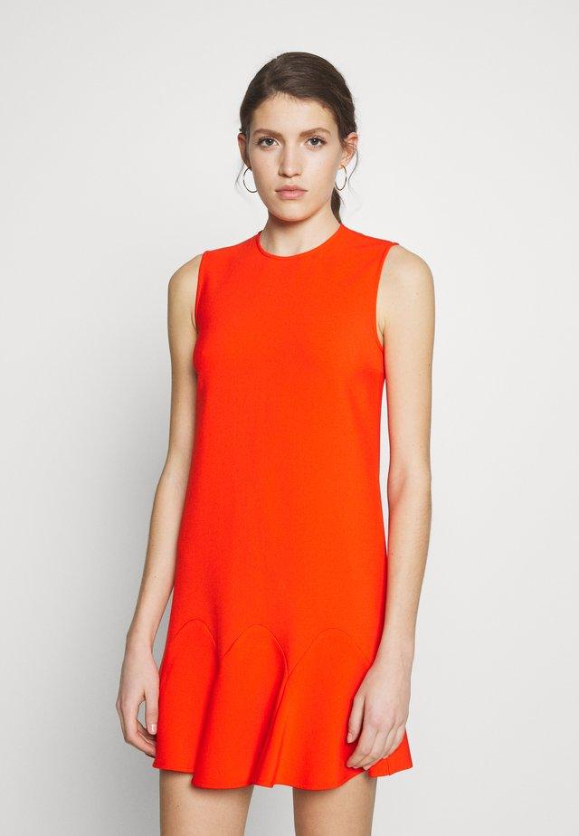 FLOUNCE HEM SHIFT DRESS - Vapaa-ajan mekko - flame red