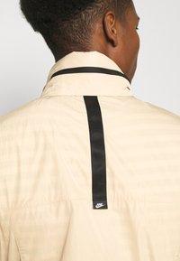 Nike Sportswear - Tunn jacka - grain/black - 6