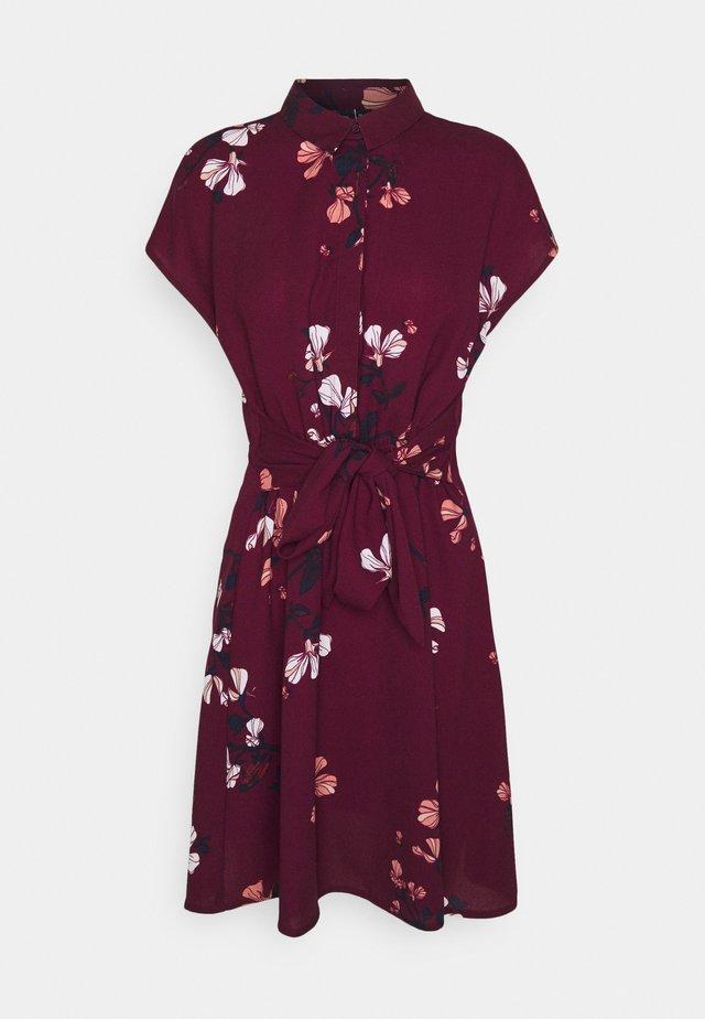 VMHALLIE TIE SHORT DRESS - Košilové šaty - dark red
