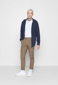Redefined Rebel - KING PANTS - Chino kalhoty - brown - 1