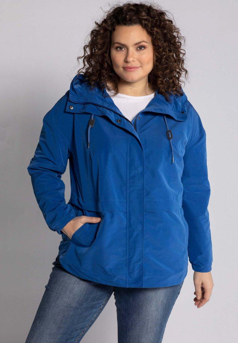 Ulla Popken - GRANDES TAILLES VESTE  - Outdoor jacket - bleu jean foncé