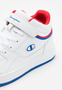 Champion - MID CUT SHOE REBOUND VINTAGE - Obuwie do koszykówki - white/royal blue/red - 3