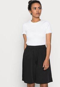 Pieces Petite - PCTEIGEN SHORTS - Shorts - black - 4