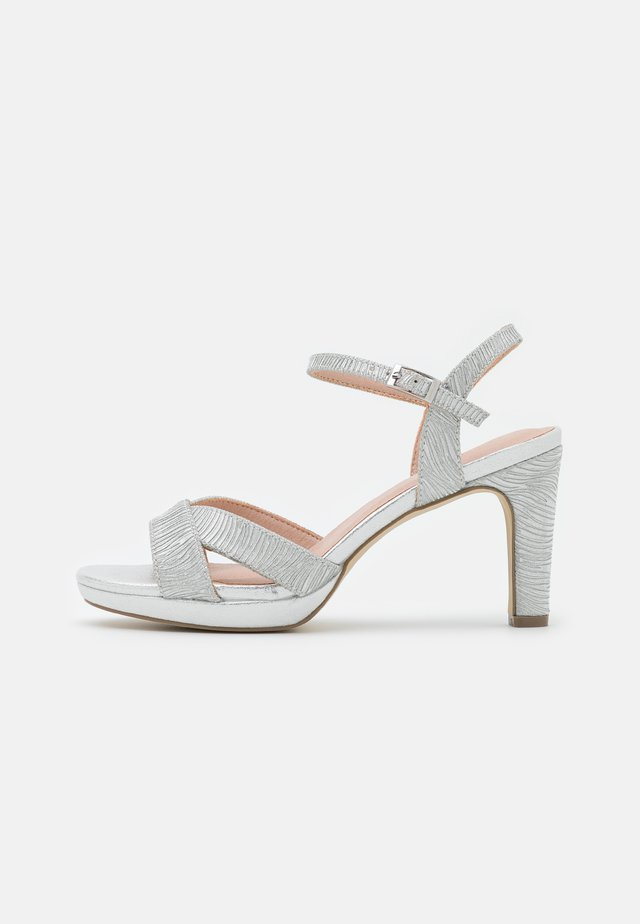 Sandały na platformie - silver