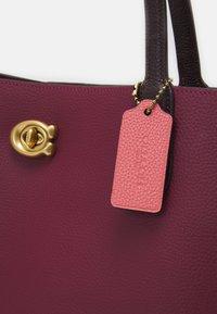 Coach - COLORBLOCK WILLOW TOTE - Tote bag - black cherry multi - 4