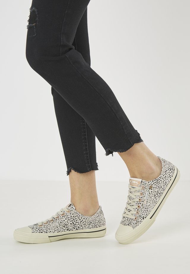 CHASE - Sneakersy niskie - cheetah