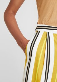 Monki - MALINKA TROUSERS - Kalhoty - yellow medium/sporty mustard - 3