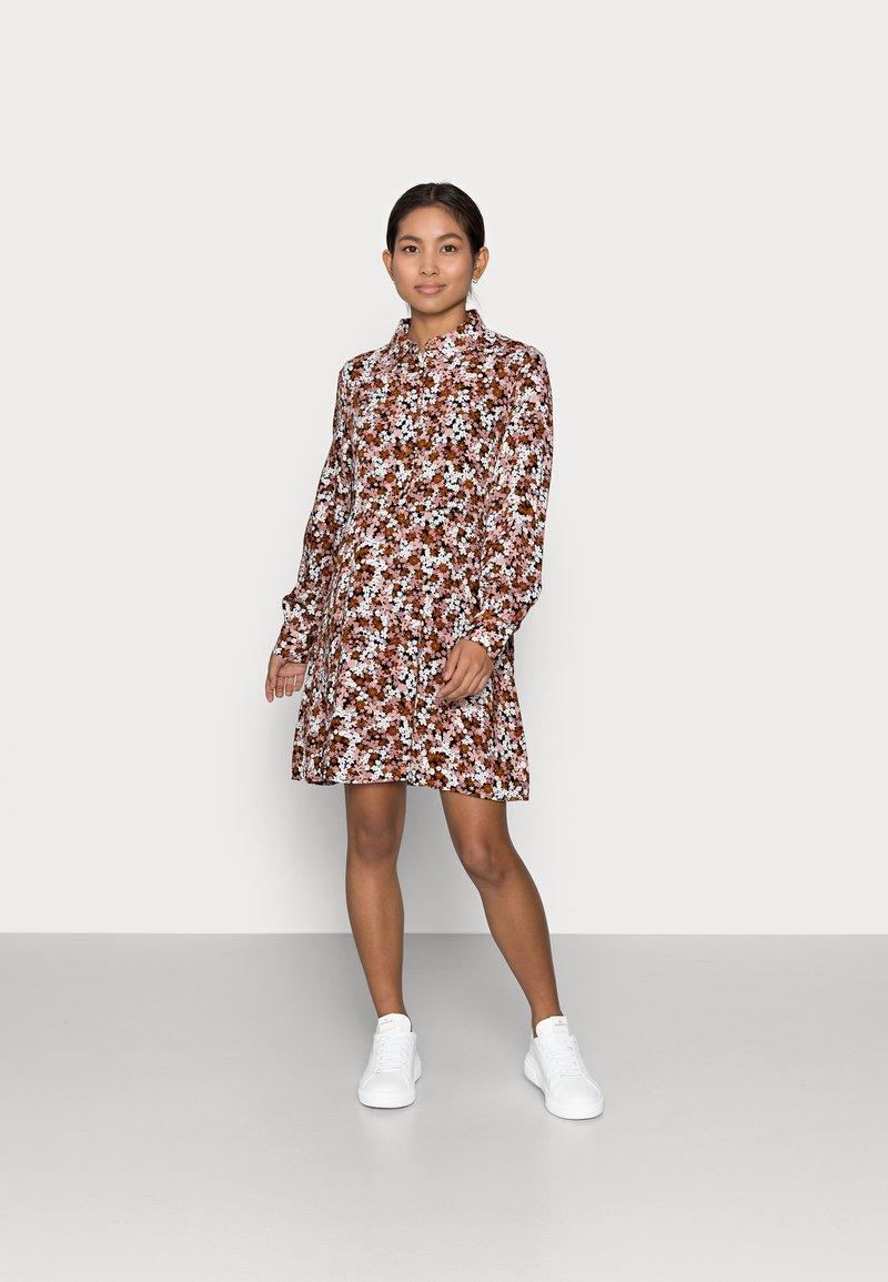 Pieces Petite - PCFRIDINEN DRESS - Shirt dress - mocha bisque