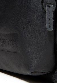 Eastpak - PADDED PAK'R/MARCH SEASONAL COLORS - Tagesrucksack - black ink leather - 7