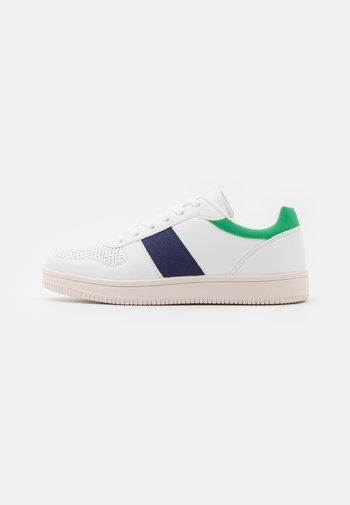 WIDE FIT ALBA RETRO - Trainers - white/green/navy/multicolor