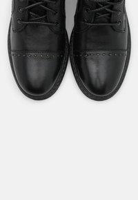 Levi's® - SLY STUDS - Botines camperos - regular black - 5
