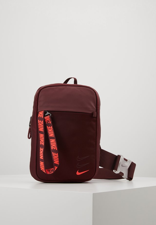 NIKE SPORTSWEAR ESSENTIALS HÜFTTASCHE - Across body bag - night maroon/laser crimson