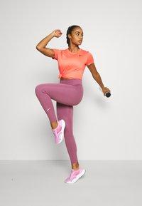 Nike Performance - TEE CREW - T-shirt basique - magic ember - 1