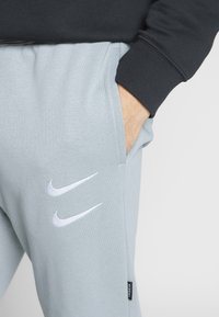 Nike Sportswear - M NSW PANT FT - Verryttelyhousut - particle grey - 5