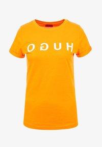 HUGO - DENNA - Triko spotiskem - bright orange - 3