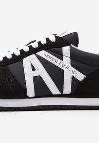 Armani Exchange - AX RETRO RUNNER - Tenisky - black/white - 5