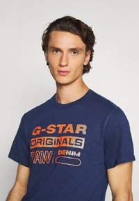 G-Star - WAVY LOGO ORIGINALS ROUND SHORT SLEEVE - T-shirt print - compact peach/imperial blue - 4