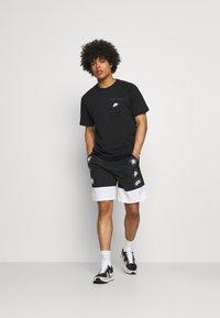 Nike Sportswear - T-shirt - bas - black/white - 1
